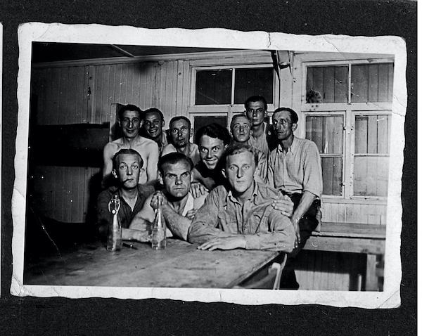 Antoni Grot (vorne rechts) mit anderen Zwangsarbeiter:innen im Unterkunftslager © privat
