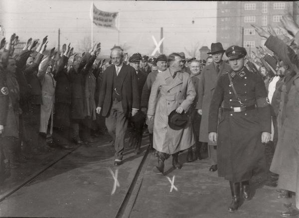 Carl-Friedrich von Siemens (links), Aufsichtsratsvorsitzender der Siemens-Schuckertwerke mit Adolf Hitler, 10. November 1933 © Alamy