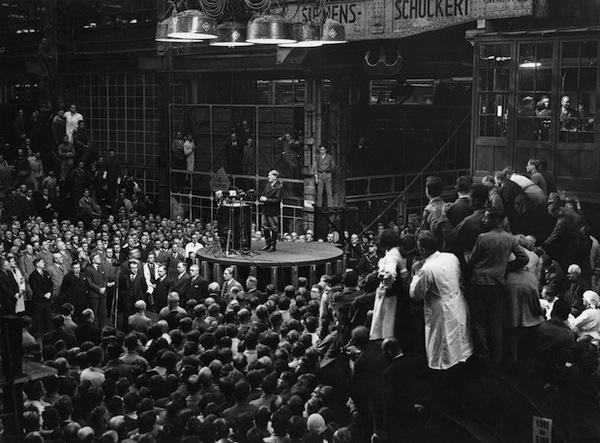 Hitler spricht in Siemensstadt, auf einer Turbine stehend, vor Beschäftigten, 10. November 1933 © akg-images