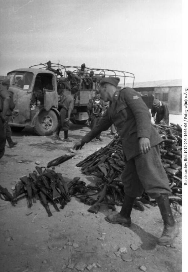 Italienische Soldaten geben ihre Waffen ab, o. D. © Bundesarchiv Koblenz, Bild 101 I-203-1666-06