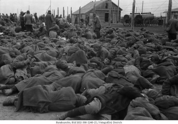 Gefangenendurchgangslager in Porchow, Russland, September 1941 © Bundesarchiv, Bild 101I-203-1666-06 / Fotograf: o.Ang.