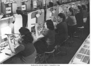 """""""Für die deutsche Rüstungsindustrie zwangsverpflichtete französische Arbeiterinnen im Relaisbau der Siemens-Werke in Berlin"""", Berlin 1943 © Bundesarchiv, Bild 183-S68017 / Fotograf: o.Ang."""