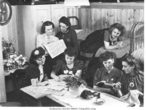 """""""Ein Schlafraum, der nach dem Geschmack der Arbeiterinnen eingerichtet ist"""", Berlin 1943 © Bundesarchiv, Bild 183-S68034 / Fotograf: o.Ang."""