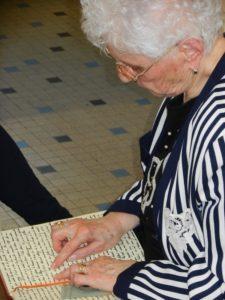 Elisa Gérard mit ihren handschriftlichen Memoiren, 2011 © Jugendgeschichtswerkstatt Spandau