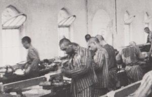 Marcel Tuchman und der Mitgefangene Gilbert Michlin bei der Zwangsarbeit an der Werkbank in der Siemens-Fabrik in Bobrek bei Auschwitz © Privatbesitz / Metropol Verlag