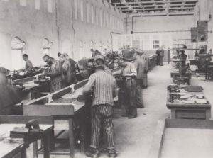Marcel Tuchman mit Zwangsarbeitenden des Siemens-Kommando in der Werkhalle in Bobrek bei Auschwitz © Privatbesitz / Metropol Verlag