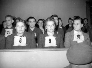 Hertha Ehlert (Nr. 8) und weitere Angeklagte am ersten Tag des Prozesses, 17. September 1945 © Mirrorpix